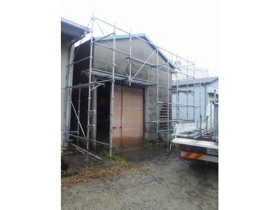 神戸市兵庫区中之島で倉庫の外壁補修工事が始まりました!今日は足場設置しました。