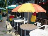 夏シーズンの野外テーブル