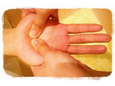 ★ハンドリフレクソロジー(手のケア)…腕・肩・目のお疲れに効果的。