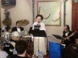生バンドによるカラオケが楽しめます。