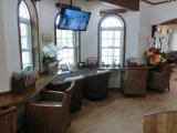 待合室にも最新雑誌やテレビ&DVDを完備。