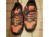 オレンジ色の運動靴