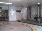 診療所の入り口(音羽第二ビルへの入り口は立体駐車場の右奥にあります。)