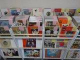 ビートルズのアナログ・レコード約2000枚のほか、本やグッズもあります。